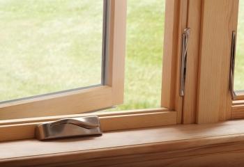 Деревянное окно с фурнитурой roto